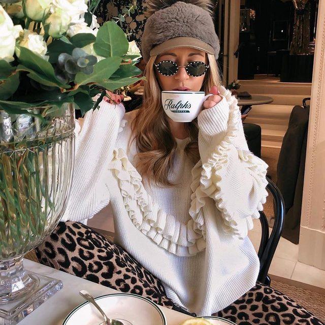 How we get through Monday... ☕️🐆 @marnidanielle #mood #cheetahleggings #coffee