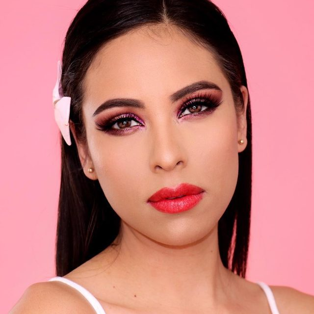"""LOVING this romantic #makeup look by @veglossy ❤️ Products used: _❤️. @kajabeauty mochi glow bouncy highlighter """"toy alien"""" _❤️. @kajabeauty cheeky stamp blendable  blush """"soft coral"""" _❤️. @kajabeauty bento bouncy trio """"sparkling rose"""" _❤️. @kajabeauty heart melter lip gloss """"too hot"""" _❤️. @kajabeauty roller glow roll on highlight """"cosmic laundry """" _❤️. @kajabeauty don't settle concealer """"fortune cookie"""" _❤️. @kajabeauty don't settle concealer """"sweet toast"""" _❤️. @fentybeauty foundation """"290""""  #maquillaje #undiscovered_muas #undiscoveredmuas #vloggercolombiana #maquilladoraprofesional #maquilladoracolombia #undiscovered_muas  #maquillajeprofesional #maquillajedenoche #maquillajes #maquillajesocial #maquillajecolombia #maquillajeartistico #maquiadora #koreanmakeup #youtubercolombiana #kajabeauty #koreanlook #cutemakeup"""