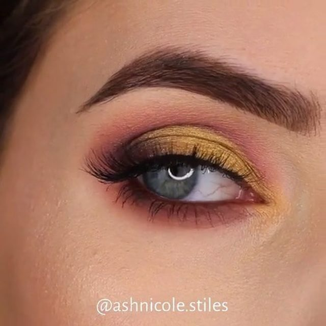 Spring is in the air! 🌼🌸🌺 @ashnicole.stiles uses our new Mini Me lashes in this colour bursting look 😍 Available exclusively at @sephora! #VelourLashes #VelourEffortless #EffortlessCollection #liveinlashes