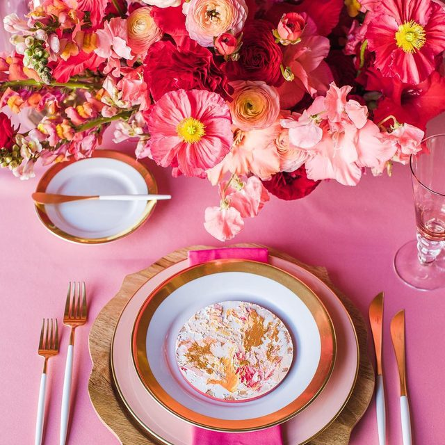An explosion of #pink 💕🌸🌷🌺 A #tablescape inspired by Georgia O'Keefe with our #peaudesoielinen in Bubblegum and our #topazlinen napkins in Cerise 💖 From the @rebeccayale workshop with @katesiegelevents @maxgilldesign @paulaleduc 📷 @aliceche #latavolalinen #transformyourtable #prettyinpink #painterly #georgiaokeeffe #designinspiration #floraldesign #thinkpink #napa #napavalley #sonoma