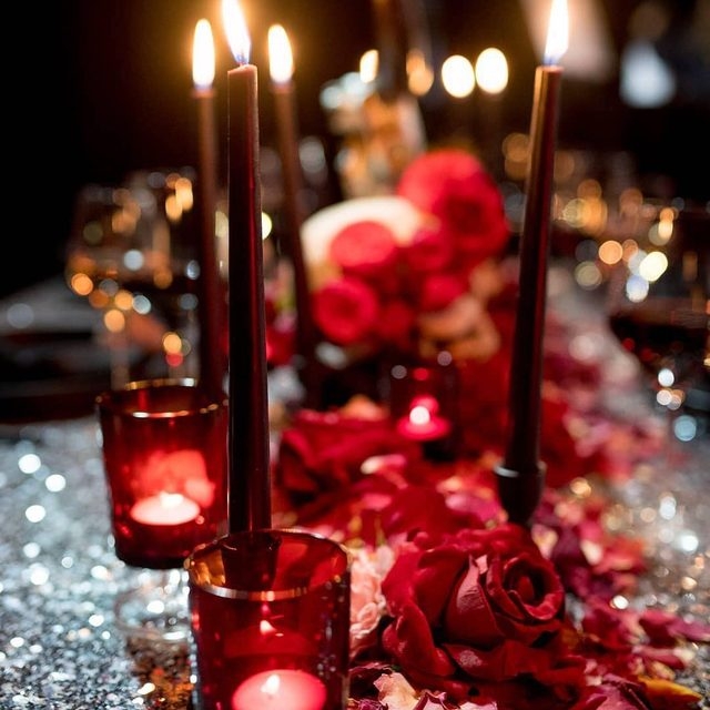 Sometime you just need #sequins ✨ Add a dash of candlelight 🕯 and red roses 🌹 and call it a night! Our #newyorklinen from @luxeproductions 📷 @aralani #latavolalinen #transformyourtable #silverandred #rosepetals #redroses #candlelight #sequintablecloth #silversequins #portland #oregonwedding #portlandwedding