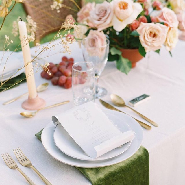 Be still my heart 😍😍 Loving this combo of our #tuscanylinen in Natural and #velvetlinen napkins in Grass from @idyllstories and @alliumestudiofloral 📷 @_esthersun featured on @magnoliarouge With @shotgunningforlove #latavolalinen #transformyourtable #linen #naturallinen #linenlife #velvet #velvetnapkins #modernwedding #mexico #destinationwedding #yucatan #mexicowedding #designinspo #weddinginspo #styledshoot
