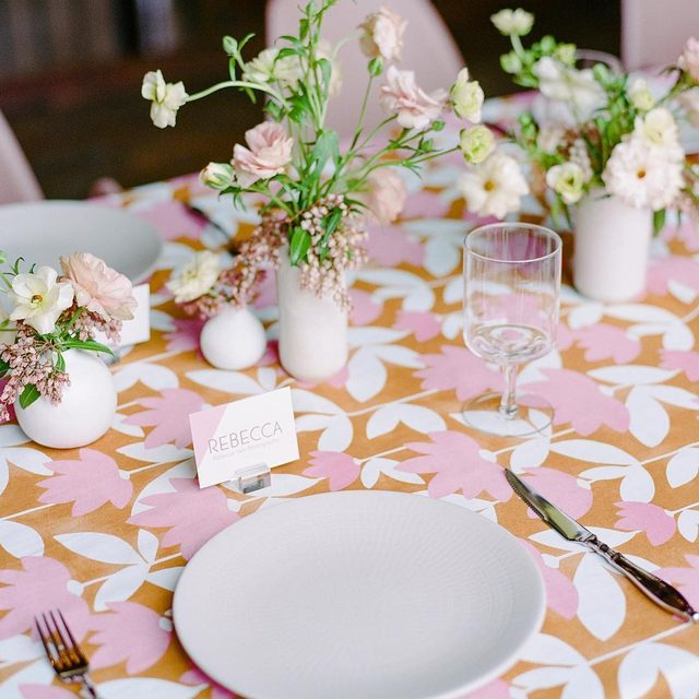 Loving this shot of our #annalinen in Butternut 🌸🌿🧡 At the @rebeccayale workshop Design @katesiegelevents @maxgilldesign Florals @paulaleduc 📷 @rebeccayale #latavolalinen #transformyourtable #pinkandorange #livecolorfully #dinnerparty #designinspo #babyshower #bridalshower #thinkpink #floralprint #floralprints #latavola2019ss #napa #napavalley #napawedding
