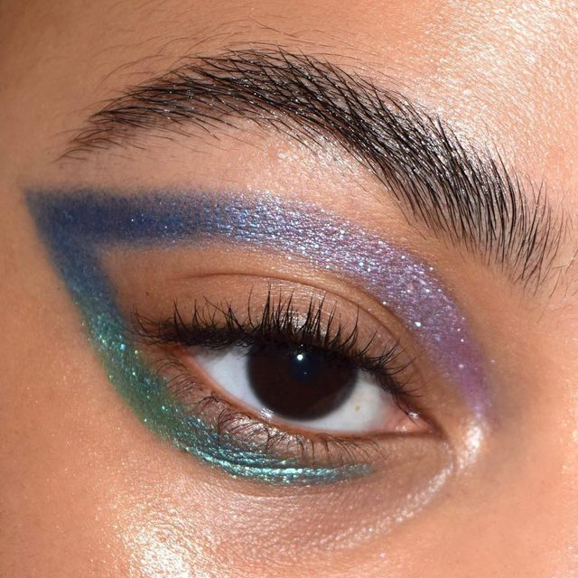 Currently MIND BLOWN 🤯 @raincornelius used #kajabeauty moon crystal sparkling eye pigments ( shades 'mystical', 'dark matter', +'cosmic') to get this ombré graphic eye 👌🏾👌🏼👌🏽 ✨ What shade of Moon Crystal are you picking up today? 💜 . . . #ad #kajabeauty #graphicliner #creativemakeup #glitter #colorfulmakeup