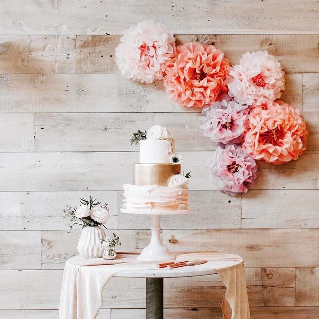 All the sweetness! We love how @amyssweetbakeshop styled our decor with her most perfect wedding cake!💗 Link in profile to shop the look! 📷: @jieru_photography at @terrain_events 🌸: @katimacfloraldesigns 🍰: @amyssweetbakeshop