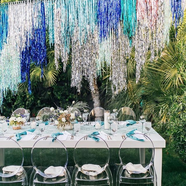 It's Friday! Time to party ✨💙💚✨ Killer #tinsel chandelier by @imakestagram at a #dinnerparty for @alaskaair at @altsummit with our #yelitzalinen in Cypress 😍😍 From @thebloomingypsy @slaackproductions Photo @christinabestphotography #latavolalinen #transformyourtable #palmsprings #palmspringsparty #tinselchandeliers #greenandblue #palmdesert #altsummit2019 #getyourtinselon #moderntablescape #tablerunner #tgif
