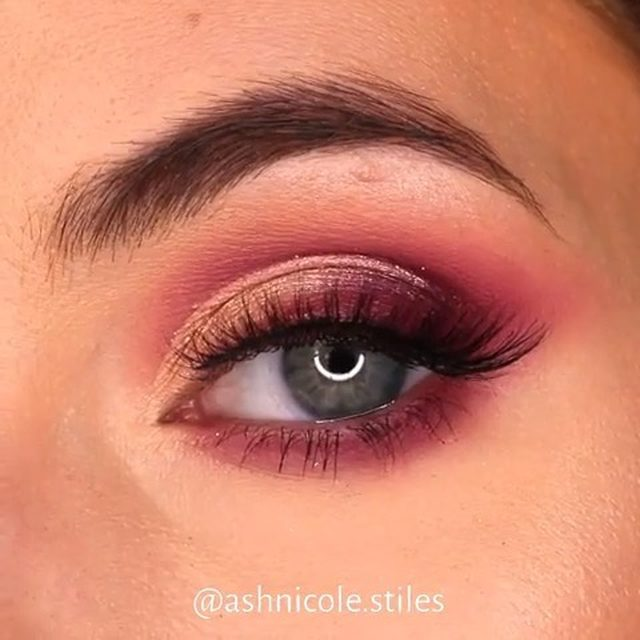 It's all about the pink & peachy hues this season 🌸 @ashnicolestiles uses our Final Touch Effortless Lashes for this spring #eotd.  Available exclusively at @Sephora and through #linkinbio!  #VelourLashes #VelourEffortless #EffortlessCollection #liveinlashes