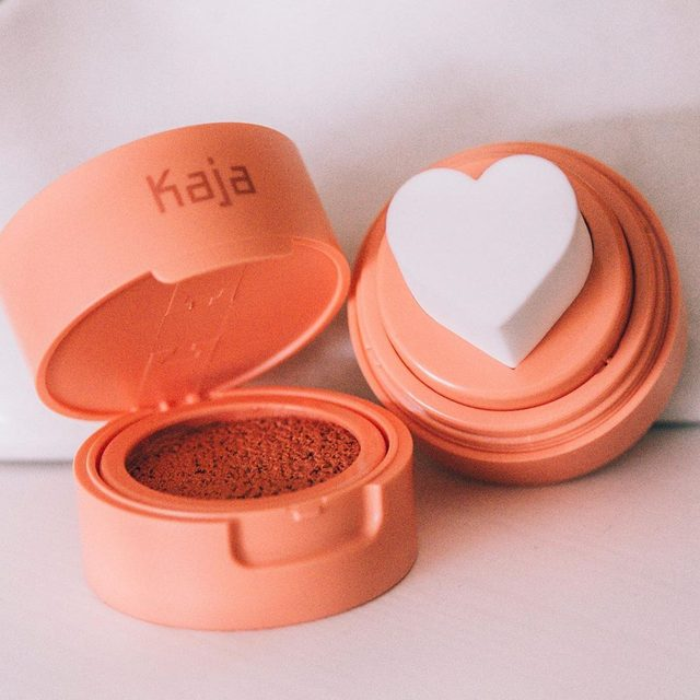TRENDING RN 👌🏽 Add some #coral into your #summermakeup rotation ☀️🍑Show cheeks some love with this #CheekyStamp Blendable #Blush in the shade Bossy. For best use, twist the top to reveal the heart-shaped sponge, pop open bottom, and press the applicator into the cushion compact. Stamp once for a natural-looking glow, and twice for a bold pop of color. 📸@reeceyberry #KajaBeauty #KBeauty #MOTD #Hearts