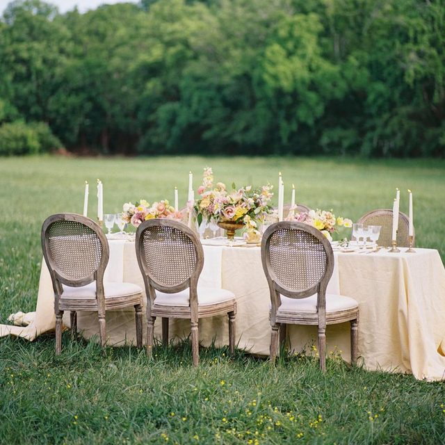 Absolutely #picturesque 💛💛💛 We're seeing #yellow EVERYWHERE and we're not mad about it 🌼 Our #tuscanylinen in Maize from the @laurenfair #workshop with @rsvpeventdesigns and @melissabroadwell 📷 @michellewhitley #latavolalinen #transformyourtable #mellowyellow #openfield #nashville #nashvillewedding #linen #naturallinen #linenlife #outdoorwedding #alfresco #alfrescodining #dinnerparty #gardenparty