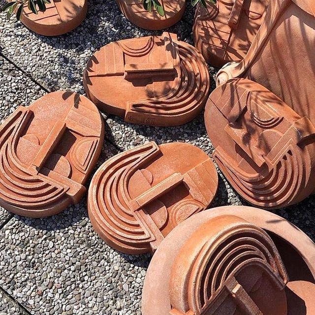 Terra-cotta for summer? Groundbreaking. But actually these modern designs in the ancient earthenware *are* totally groundbreaking and far beyond the everyday planter👉 link in bio to shop our edit 📸 regram @strategicfootprints from an exhibition celebrating the 100th anniversary of @poggiugoterrecotte during Milan Design Week with @masquespacio_ana and @masquespacio_chris
