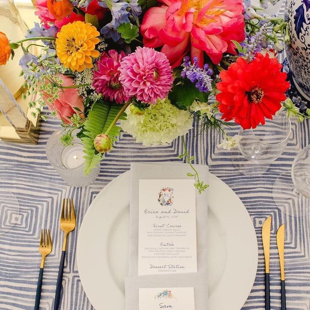 Bright and colorful 🌸🌹🌺🌼Just how we like it! With our #brushsquareslinen in Blue from @kaririderevents and @amaryllisinc 📷 @kateheadley  #latavolalinen #transformyourtable #livecolorfully #brightcolors #summercolors #summerwedding #patternplay #somethingblue #marylandwedding #stmichaels #colorfulwedding #tabletop #onthetable #allthecolors