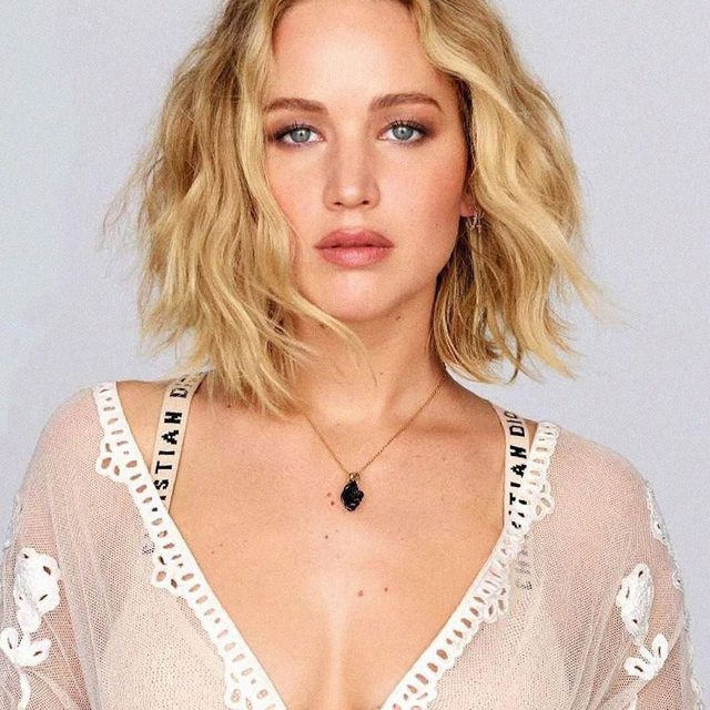 Only *one* bridezilla moment? Definitive proof that JLaw is the most chill. Link in bio to see what caused her meltdown. (📸: @elleusa / @ellefr)