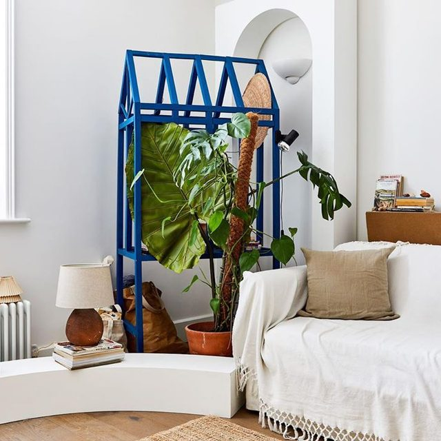 This hyper blue unit @oscarpiccolo built when he first moved to London is part plant holder part bookshelf, and 100% amazing. The curved white elements are from more recent projects for @dellostudio, and we spy our favorite DIY upholstery trick on that small sofa which is given new life thanks to a tasseled white textile 👌 Take a tour of the designers space 👉 link in bio 📸 by @veerleevens.photography