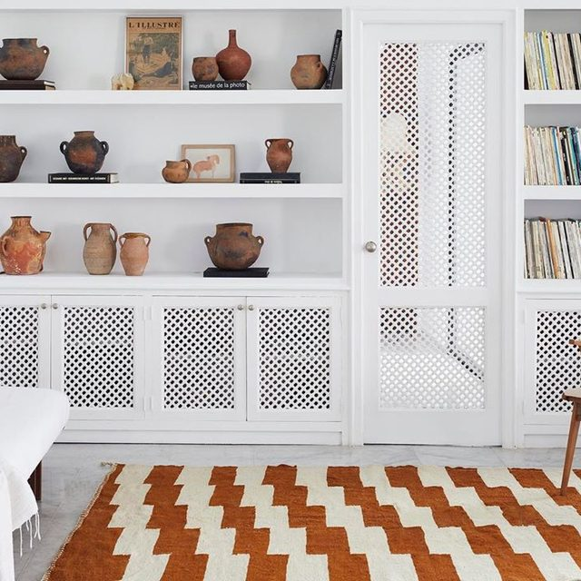 We need more floor space for these new @beni_rugs flat weave styles 😭 More on our favorite DTC Moroccan rug source 👉 link in bio 📸 by @simonpwatson; styled by @colinking