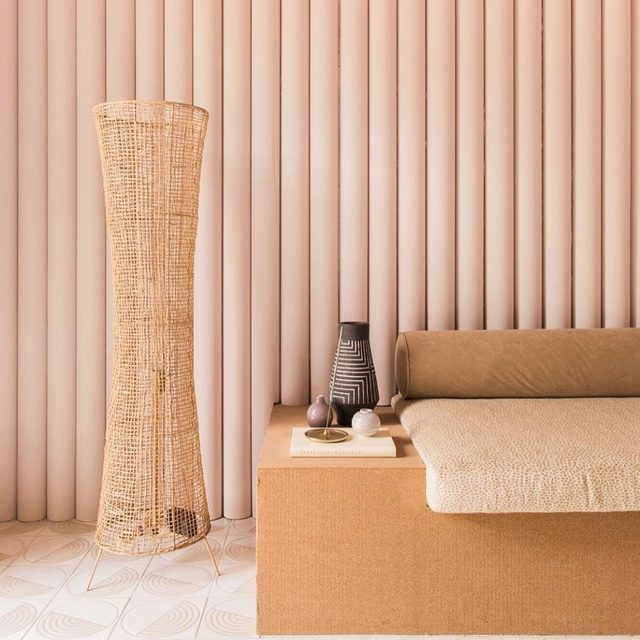 Still not over these two clever hacks in Caroline Lee's Palm Springs home. First, the ribbed walls which are actually made of PVC pipes that were cut in half and finished in a blush shade. Then there's the low Grecian-inspired bench she had fabricated with wood and a cork tile for visual interest 👀 take a tour of the home for more ideas 👉 link in bio 📸 by @echoandearl