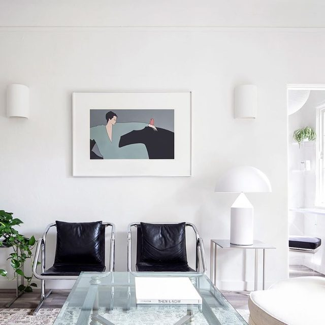 Jaya Williams lists her interests and inspirations in interior design ✔️ art ✔️preservation ✔️ and architectural history ✔️ and it really shows in her thoughtfully-curated L.A. apartment. Matching Jerry Johnson chairs are a good example of California modernism (a favorite style of hers), and the artwork was found at @iridium_interiors. Take a tour of her space 👉 link in bio 📸 by @timhirschmann