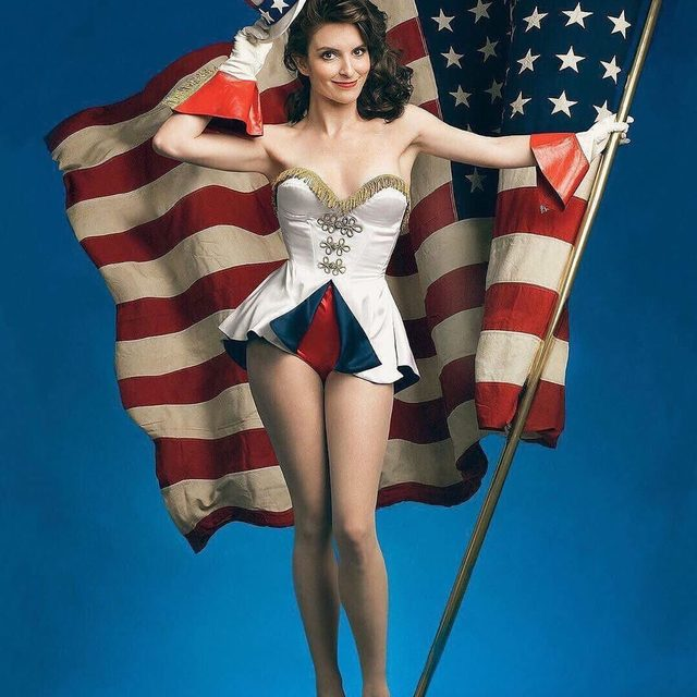 Let Tina Fey be your inspiration for the perfect subtle Fourth of July look. 🇺🇸 Photograph by Annie Leibovitz for V.F. January 2009.