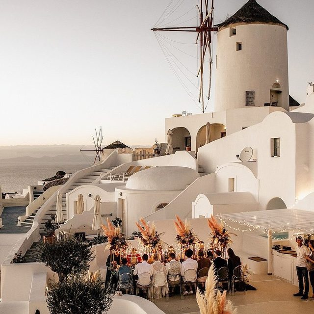 Imagine being seated at this intimate wedding reception in Greece... 😱 Head to the #linkinbio for 7 tips that will save you a whole lot of 💵 on your destination wedding! | 📸: @chrisandruth 📋: @tietheknotsantorini