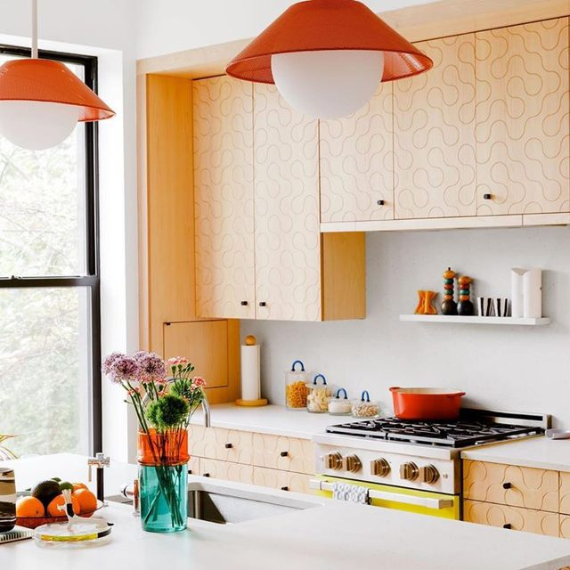 Here to cure your Monday blues: every inch of @dusendusen's pattern-happy Brooklyn home 👉 link in bio. We're particularly excited about the plywood kitchen she updated with a curvy motif 🤯 More in our Stories 📸 by @maxb.photo ✍️ by @_h_mart_