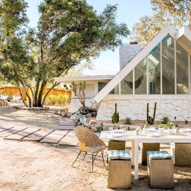 As soon as Caroline Lee of @teamwoodnote walked into this A-frame hideaway on the outskirts of Palm Springs, she was inspired by the color yellow. And when you take a tour of the property (👉 link in bio), you'll totally see what she means ☀️🍋🐥 photo by @echoandearl