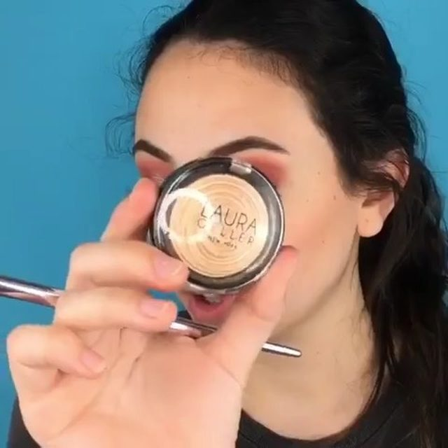Check out how @pointless.makeup brings her look to life with the Baked Gelato Swirl Illuminator 💫  #laurageller #highlight #gellerglow