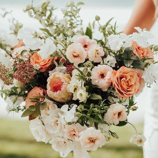 These sunset-inspired florals have us hoping Summer lasts forever. 🌞 Head to the #linkinbio for the hottest color palettes of the season that are perfect for your engagement party, bridal shower and beyond! 🌈 | 📸: @brogenjessup 💐: @modernbouquet