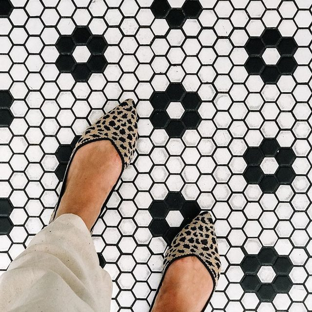 But first, shoefie. Ready, set, click 📷 P.S. check out our stories for more. @danichain #rothysinthewild