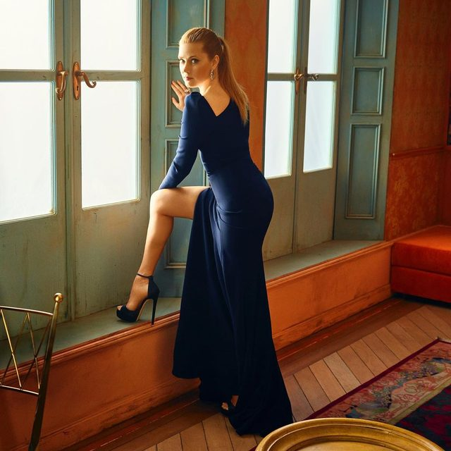 Amy Adams's upcoming film, The Woman in the Window, just hit another snag. The highly-anticipated thriller from Fox 2000 is going into reshoots—and this is just the most recent setback the project has faced. Full story at the link in bio. Photograph by @markseliger.