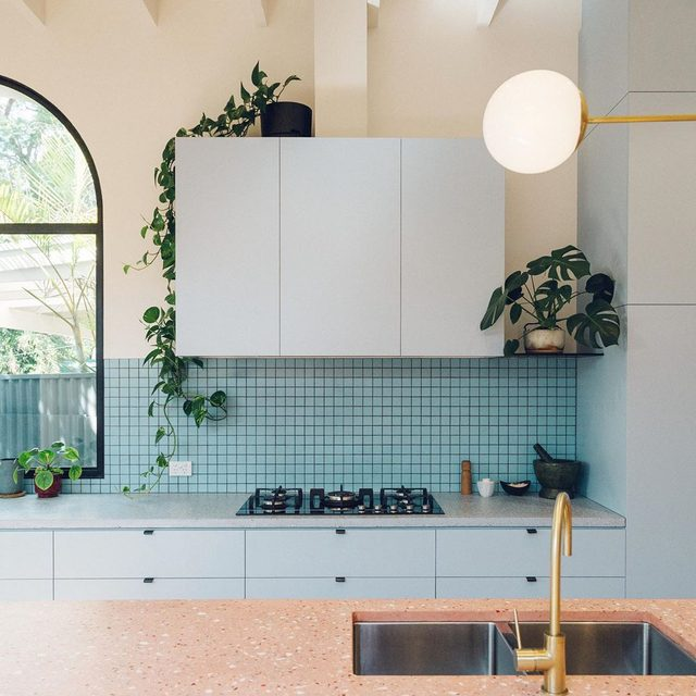 We posted this super fun kitchen on IG before but since then we went back for the whole story and it's a good one. See how @sansarc.studio took the bland and dark kitchen (slide 3 😱) and created this vivid open space for cooking and entertaining 👉 link in bio 📸 by Tash McCammon ✍️ by @atthecrosswalk