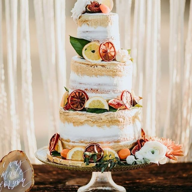It's not summertime if you don't put a citrus twist on everything—including your wedding cake! 🍊Head to the #linkinbio for our favorite ways to add these bright fruits to your wedding decor. 🍋 | #regram: @inspiredbythis 📸: @lisettegatliffphoto 🎂: @mirandas_sweet_treats