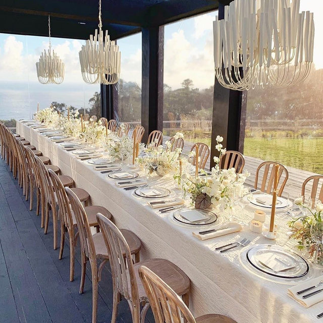 Oh, just the dreamiest rehearsal dinner EVER. 💙 Head to the #linkinbio for the only 11 things you need to remember when it comes to this pre-wedding festivity! | 📸: @josevilla 📋: @lauriearons 💐: @tingefloral