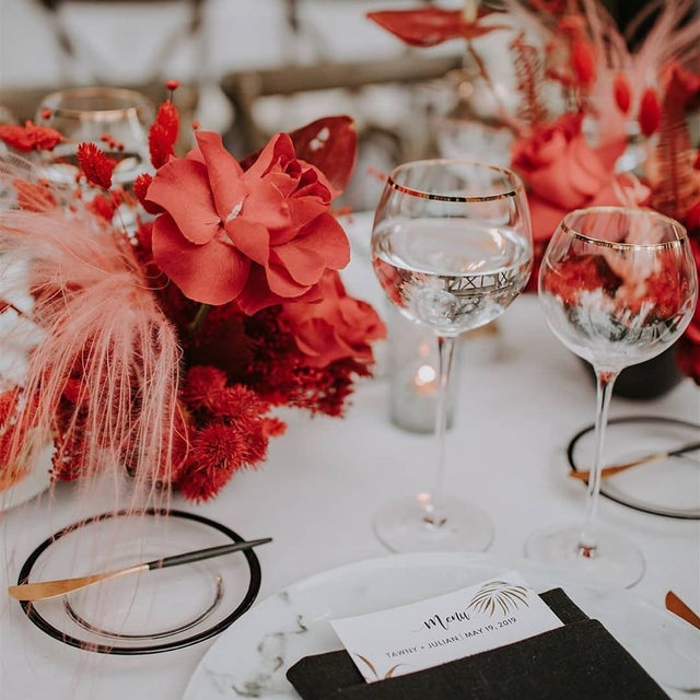 A #colorcombo that really packs a punch 🧨 @cclweddings and @oftheflowers killing it with this beautiful #wedding with our #tuscanylinen in White with Black napkins 🖤 Photo @mayiosotaluno #latavolalinen #transformyourtable #linen #linenlife #naturallinen #linentablecloth #linennapkins #blackandwhite #popofcolor #blackwhiteandred #losangeles #losangeleswedding #simivalley #hummingbirdnestranch #modernwedding #modernbride
