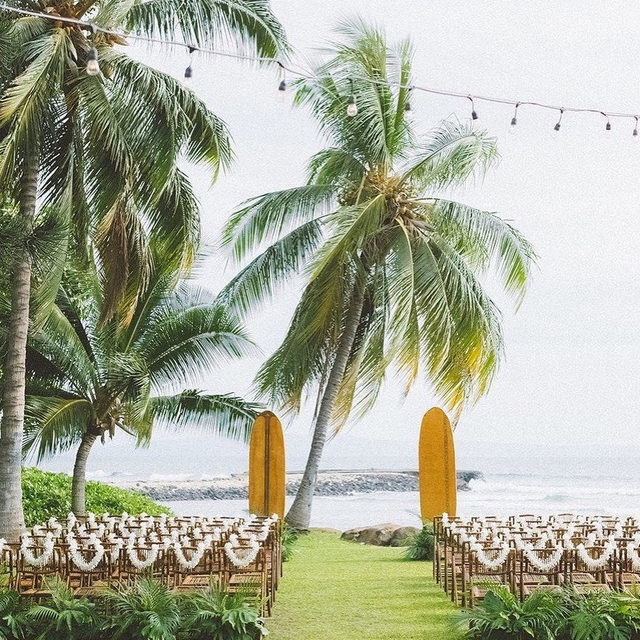 These grooms put a vintage spin on every single detail at their Hawaii wedding (from the dress code to the decor) and the result was a sophisticated tropical affair. 🏄🏻🌴 Head to the #linkinbio to see this old school Maui wedding that you'll want to steal every detail from. 🤙 #WeddingOfTheDay. | 📸: @angiediazphotography 📋: @coutureeventshawaii 💐: @teresasena