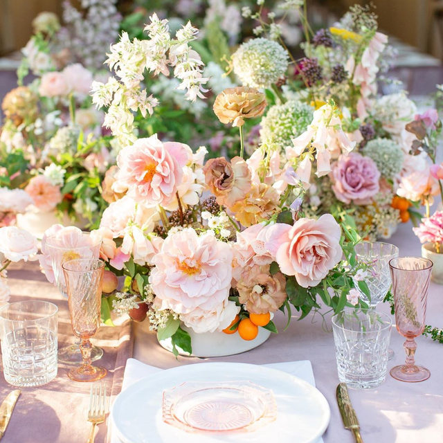 All the flowers 🌸🌿🌾 Our #velvetlinen in Rose from @ohflorastudio at @gracerosefarm - so lovely! 📷 @sherimcmahonphotography #latavolalinen #transformyourtable #velvet #velvettablecloth #liveflorally #floraldesign #californiawedding #centralcoastwedding #santabarbara #santaynez #pink #blushwedding #gracerosefarm