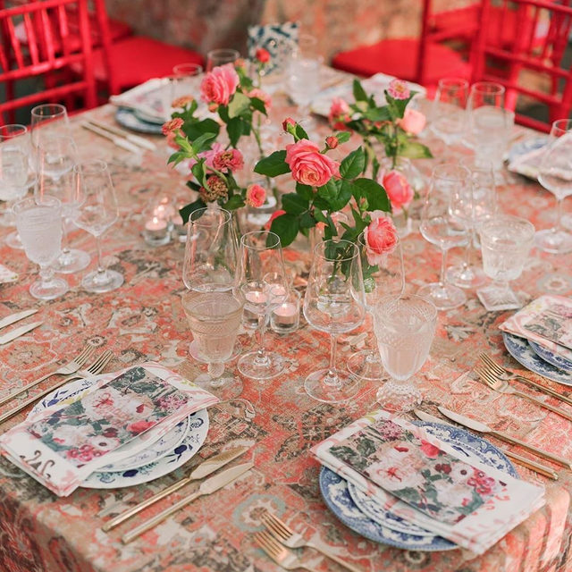 More #patternplay with our #phoenixlinen in Rust and #eleanorlinen napkins in Blush from @jessetombs @alison_events and @peartreeflowers 🧡❤️💕 Like a beautiful sunset with all those colors 🌇 #sunsetcolors Photography @trentbaileystudio #latavolalinen #transformyourtable #brightcolors #patternmixing #colorfulwedding #eventdesign #designinspo #coldspringny #newyorkwedding