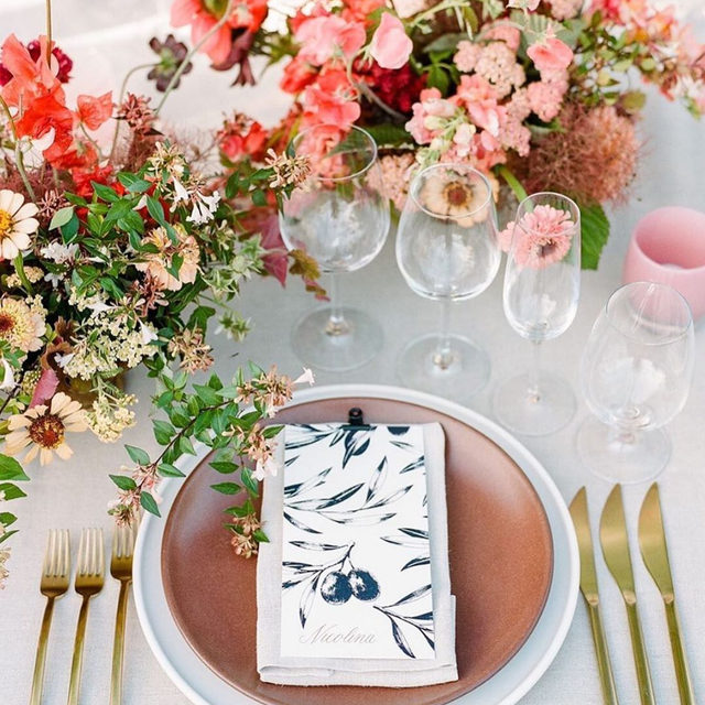 Loving the combination of the brick color 🧱 with the pink florals 🌸🌺 From @callistaandco and @lambertfloralstudio with our #tuscanylinen in Natural 📷 @rebeccayale #latavolalinen #transformyourtable #linen #naturallinen #linenlife #brightcolors #pinkandrust #weddinginspo #weddingdetails #calistoga #napavalley #destinationwedding #napa