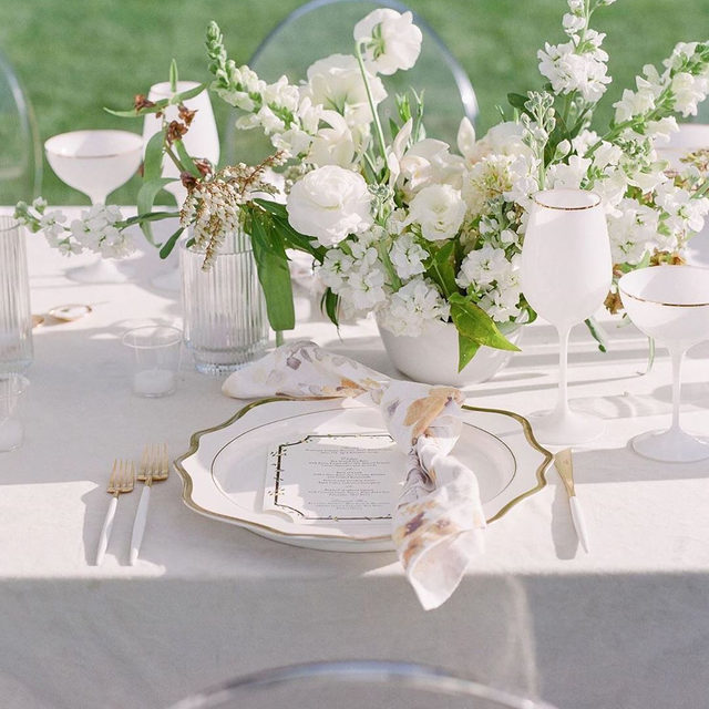 Pearly whites for this stunning monochromatic design by @kingsley_events 🙌🏻 with our #velvetlinen in Oatmeal and  #harperlinen napkins. 🌿 @plentyofpetals / 🍽 @casadeperrin / 📷 @corbingurkin. #latavolalinen #transformyourtable #linen #linennapkins #greenwhiteandgold #touchofgold #monochrome #whiteandgold  #palmsprings #palmspringswedding #parkerpalmsprings #modernwedding #modernbride #californiawedding