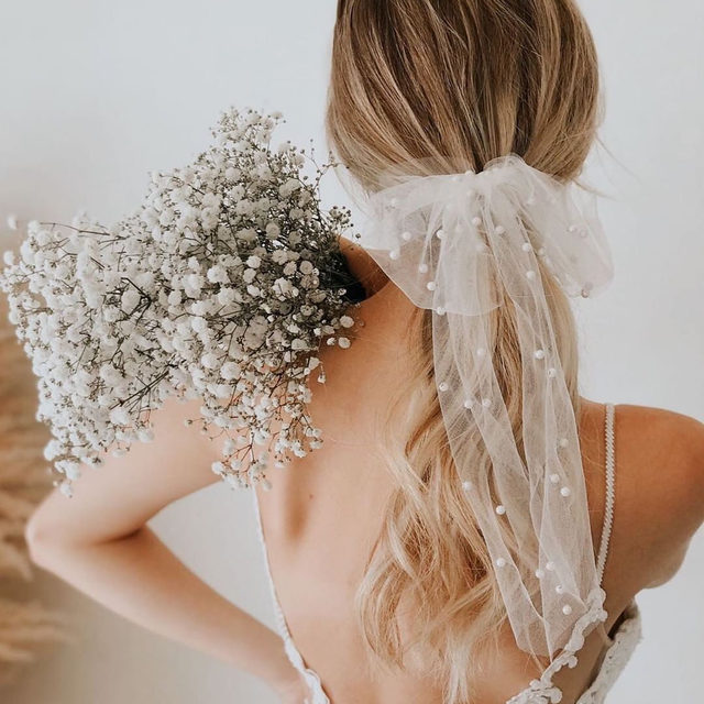 The prettiest things come wrapped in a bow. 🎀 Head to the #linkinbio for 11 hair accessories that will take your wedding look to the next level. | #regram: @untamedpetals 📸: @aliciasessler