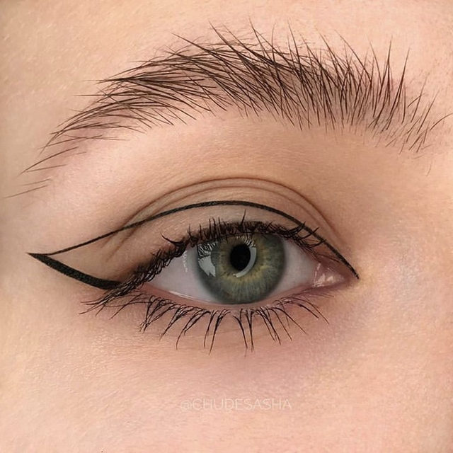 That top line tho! 👀 Link in bio for the 11 best black liquid liners you need for your sharpest wing yet. #makeup by @chudesasha