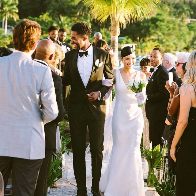 This couple kept things neutral for their wedding in Jamaica and the result was a sophisticated tropical affair like we've never seen. 🌴 But, the wedding decor wasn't the only elevated part of this day, the bride rocked fashion-forward details and their wedding music was epic, too. Head to the #linkinbio for more! 🌞#WeddingOfTheDay | 📸: @jenjphoto 📋: @alfredhouseproductions 👰🏻: @jamiebslade 🤵🏾: @squarebiz