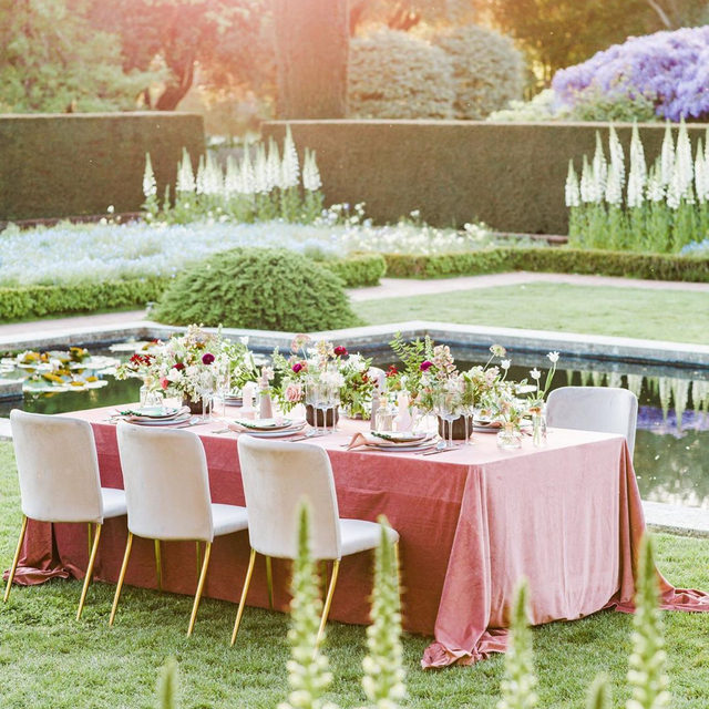 Blushing 🥰 from this luxurious garden wedding inspiration with our #velvetlinen and #vavaboomlinen napkin in you guessed it... Blush 💗 designed by @brannan_events / florals by @twfloraltruck / 📷 @aliceche. Check out the full feature on @ruffledblog and the most magical menus with tassel details ✨ by @jenchedesigns. #latavolalinen #transformyourtable #linen #linenlife #romanticwedding #blushwedding #velvet #filoli #filoligardens #filoliwedding  #blushandemerald #elegantwedding #modernwedding #californiawedding #popofcolor #garden #gardenparty #gardenwedding #weddingreception #bayareawedding