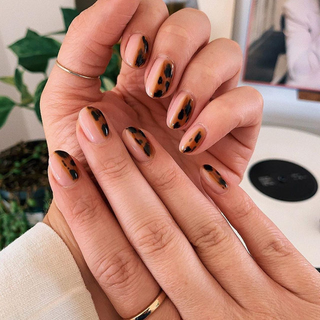 Tortoiseshell nails are here to stay for fall! Link in bio for more #nailart inspo. #regram @beautyworksbyamy original #nailart design by @betina_goldstein