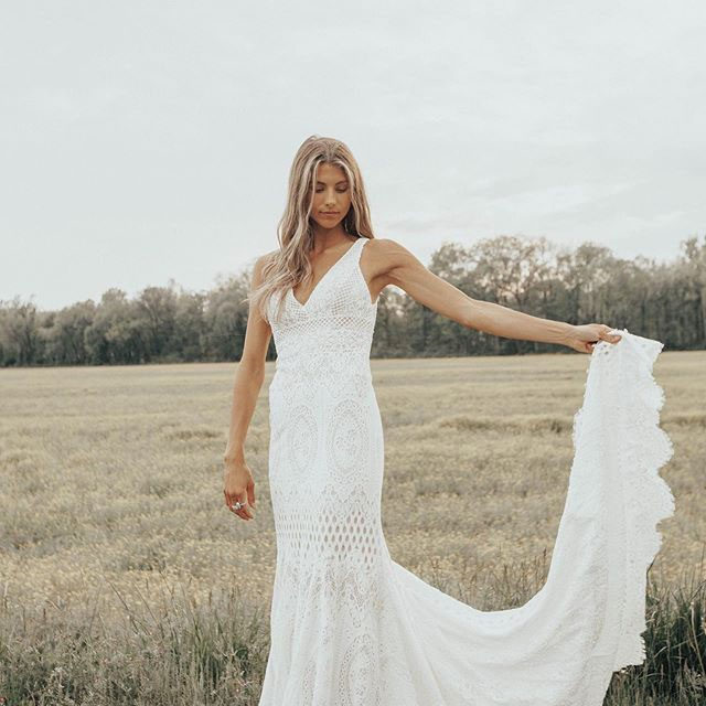 Simple, boho & elegant. (Tap to shop the Peoria Gown | 📷: @taylornicolehayden)