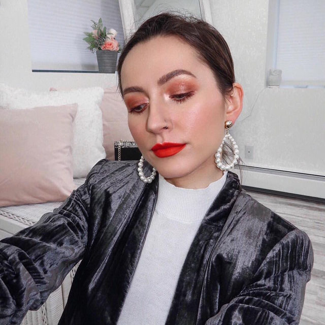 NYFW is around the corner, and we're loving this chic look from @onlinemakeupacademy ✨💋Wearing highlighter in  Diamond Dust.  #lauragellerbeauty #nyfw #highlightgoals #motd