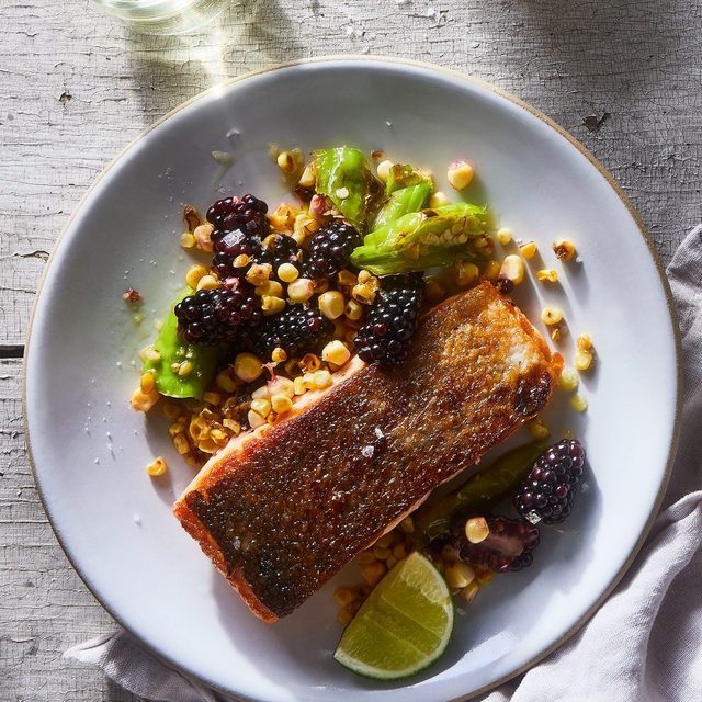 For this week's #biglittlerecipes, it's all about variety. @emmalaperruque's crisping up some tasty salmon with a show-stealer summery salad that's got both raw and charred corn, blackberries (both halved & whole), and shishito. Recipe via link in bio. (📸: @juliagartland)