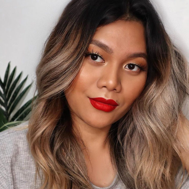 Ready to slay the day 💋 @stephanieteap wearing our highlighter in Glided Honey.  #lauragellerbeauty #motd #beautygurus