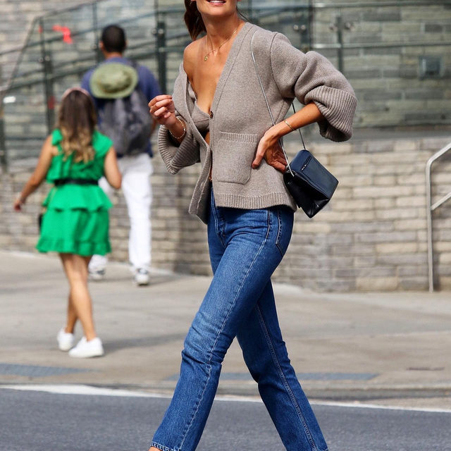 Shoutout to Katie Holmes for finding the perfect way to wear a sweater and jeans in that weird time between summer and fall. Tap the link in bio to shop her flawless look. photo: backgrid