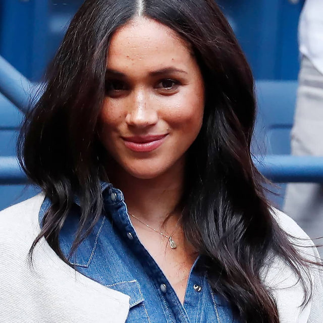 Today, HRH The #DuchessofSussex made an appearance at New York's Arthur Ashe Stadium to watch close friend #SerenaWilliams in her US Open final. Click the link in bio for more info on her off-duty, courtside look.