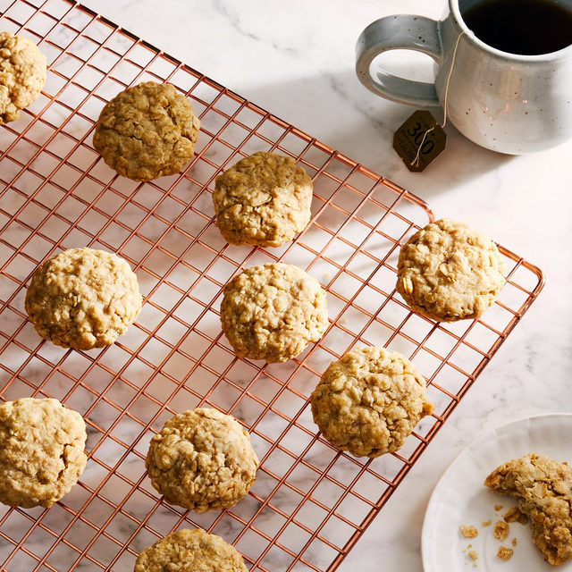 @emmalaperruque's #biglittlerecipes 3-ingredient oatmeal cookies are halfway between a newfangled granola bar and an old-fashioned oatmeal cookie, equal parts wholesome and gratifying, with a crunchy crust and chewy center. Coffee for dunking not optional. ☕️ Recipe via link in bio. (📸: @goodcomag)