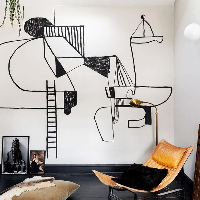 Get yourself a friend who can paint and commision something totally unique on your walls like designer @holliebowden did in her East London apartment 👆 She called on friend @drawricodraw to tag her walls with something inspired by Le Corbusier but that fit the style of her space 🎨 Take a tour to see more 👉 link in bio 📸 by @helenio_barbetta ✍️ by @atthecrosswalk; styled by @chiara_dal_canto
